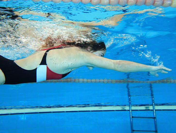 nageuse sous l'eau - cours de natation adulte - club natation adulte - centre aquagym