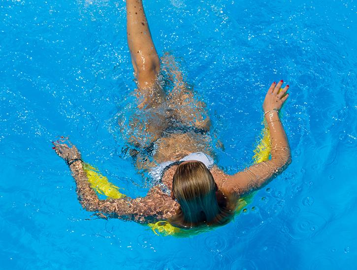 nageuse assise piscine - séance aquagym - cours aquagym complet