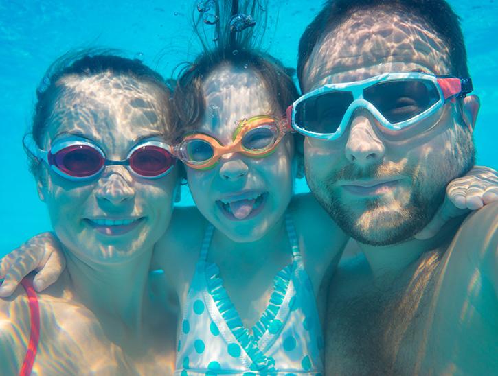 enfant et parents sous l'eau masques de plongée - cours de natation enfant - cours perfectionnement natation