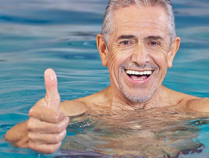 nageaur piscine pouce levé - cours aquaphobie - lecon de natation pour adulte
