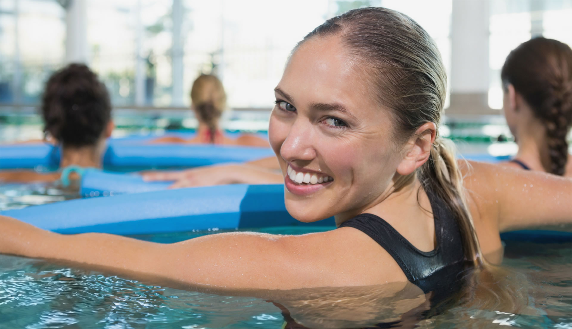 nageuse sourire - exercice aquagym - centre aquatique