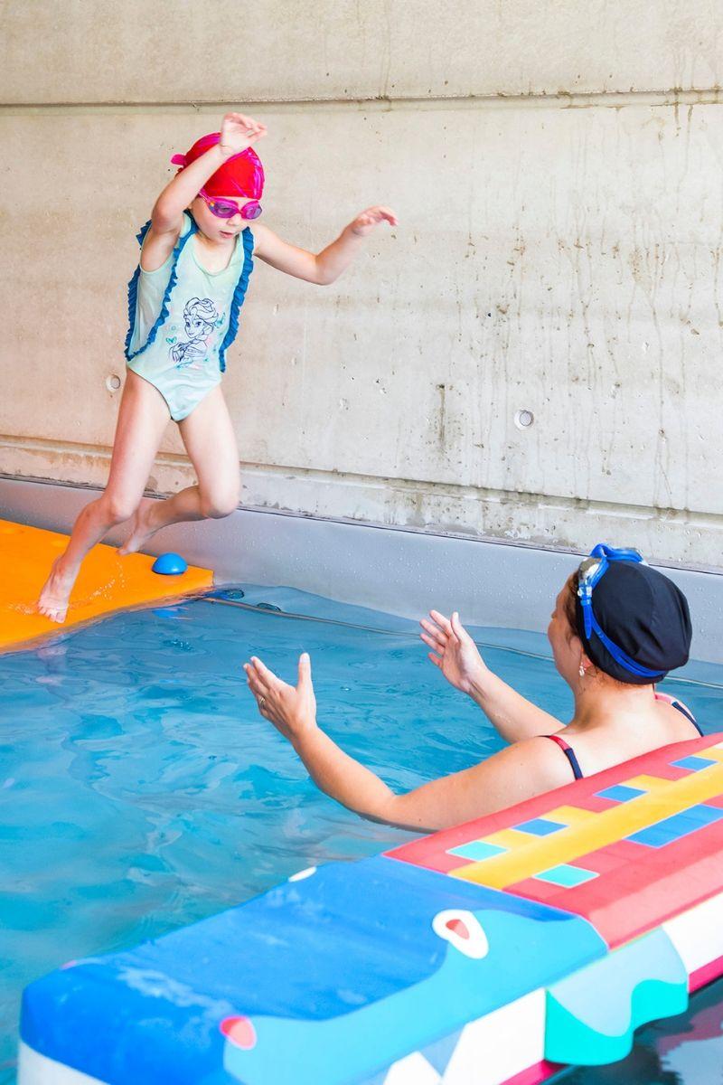 aquapassion-aquaeveil-enfant saute dans l'eau